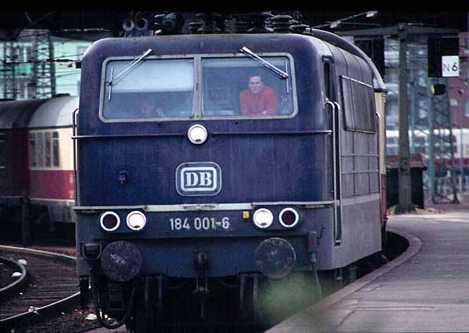 184 001-6 fährt am 6.XI.1976 mit dem TEE 33 PARSIFAL von Paris nach Hamburg  in den Aachener Hauptbahnhof ein. Die Lok hat den Zug in Lüttich übernommen.